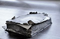 Старая книга на таблице стоковое изображение rf