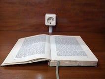 Старая книга на таблице стоковые изображения