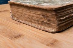 Старая книга открытая на деревянном столе с стеклами Стоковые Фотографии RF
