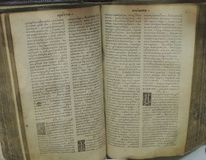 старая книга открытая с текстом Стоковые Фотографии RF