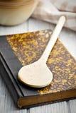Старая книга рецепта на деревянной таблице Стоковое Изображение