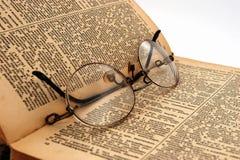 Старая книга с круглыми стеклами 3 стоковое изображение