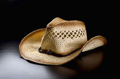 Старая ковбойская шляпа на черной предпосылке Стоковое Фото