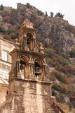 Старая колокольня над Kotor стоковая фотография