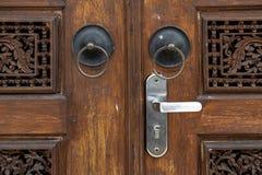 Старая кольцевидная ручка двери на Gebyok стоковое фото