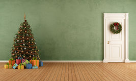 Старая комната с рождественской елкой Стоковая Фотография RF