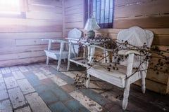 Старая комната там 2 белых стуль и одна лампа на белизне Стоковые Изображения