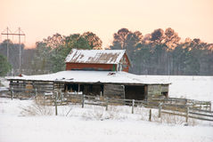 Старая конюшня лошади в снежке Стоковые Изображения RF