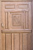 Старая коричневая в плохом состоянии религиозная украшенная деревянная дверь Стоковые Изображения RF