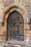 Старая коричневая деревянная дверь с необыкновенными шарнирами стоковые изображения rf