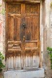 Старая коричневая деревянная дверь в городке среднеземноморского стиля старом испанского города стоковые изображения rf