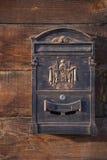 Старая коричневая деревянная стена Железный почтовый ящик Стоковая Фотография