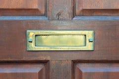 Старая коробка письма в двери, традиционный путь поставлять письма к дому, старому почтовому ящику стоковое фото