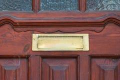 Старая коробка письма в двери, традиционный путь поставлять письма к дому, старому почтовому ящику стоковая фотография
