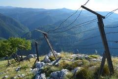 Старая колючка связала проволокой границу на высоте горы Стоковое Фото