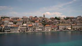 Старая красивая деревня на берегах Средиземного моря, Хорватии акции видеоматериалы