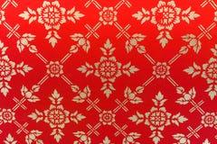 Старая красивая картина цветка золота на стене тайского виска красной, Стоковые Изображения