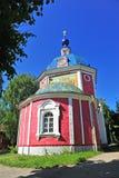 Старая красивая красная и голубая церковь, городок Pereslavl стоковое изображение