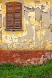 старая краска shutters окно стоковые фотографии rf