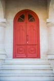 Старая красная дверь на каменном здании Стоковое фото RF