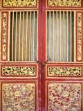 Старая красная деревянная дверь китайского стиля Стоковые Изображения RF