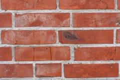 Старая красная кирпичная кладка с различными дефектами Стоковое Изображение