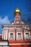 Старая красная православная церков церковь в монастыре Novodevichy в Москве Стоковое Изображение