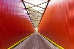 Старая красная проезжая часть моста Стоковые Изображения