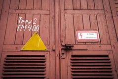 Старая красная промышленная дверь Стоковые Изображения