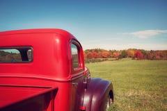 Старая красная тележка фермы против ландшафта осени Стоковые Изображения