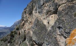 Старая крепость утеса в ущелье Ursdon, России Стоковое Изображение