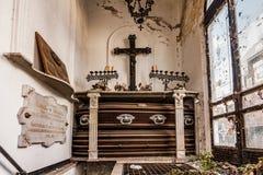 Старая крипта в кладбище с могилами предпосылка halloween Стоковые Фотографии RF