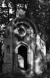 Старая крипта на кладбище стоковые фотографии rf