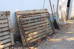 Старая кровать на улице стоковые изображения rf