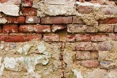Старая кроша заштукатуренная кирпичная стена Стоковые Изображения RF