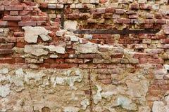 Старая кроша заштукатуренная кирпичная стена Стоковая Фотография