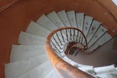 Старая круглая винтовая лестница в здании стоковое изображение