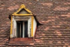 Старая крыть черепицей черепицей крыша с деревянным окном Стоковые Фотографии RF