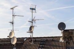 Старая крыша здания с много приемник разного вида telecommunic Стоковая Фотография