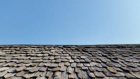 Старая крыша и голубое небо Стоковые Фотографии RF