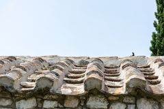 Старая крыша плитки дома и неба стоковые изображения rf