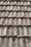 Старая крыша с крупным планом керамических плиток Стоковые Изображения RF