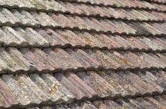 Старая крыша с крупным планом керамических плиток Стоковое фото RF