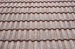 Старая крыша с крупным планом керамических плиток Стоковые Изображения
