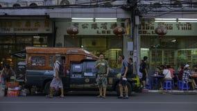 Старая классика автомобиля на Чайна-тауне & x28; Yaowarat& x29; Дорога, главная улица в Чайна-тауне Стоковая Фотография