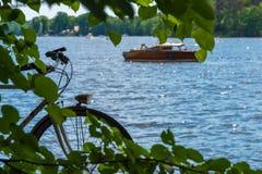 Старая лампа велосипеда на пляже Стоковые Изображения
