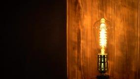 Старая лампа edisons на деревянной предпосылке видеоматериал