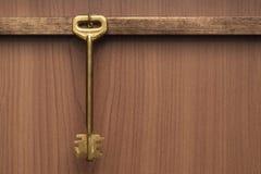 Старая латунная ключевая смертная казнь через повешение на стене Стоковое Фото
