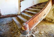 Старая лестница в покинутом доме Стоковая Фотография