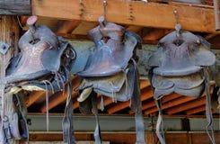 Старая лошадь седлает смертную казнь через повешение в амбаре в ряд Стоковое Фото
